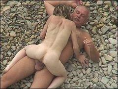Baise sur une plage nudiste !…